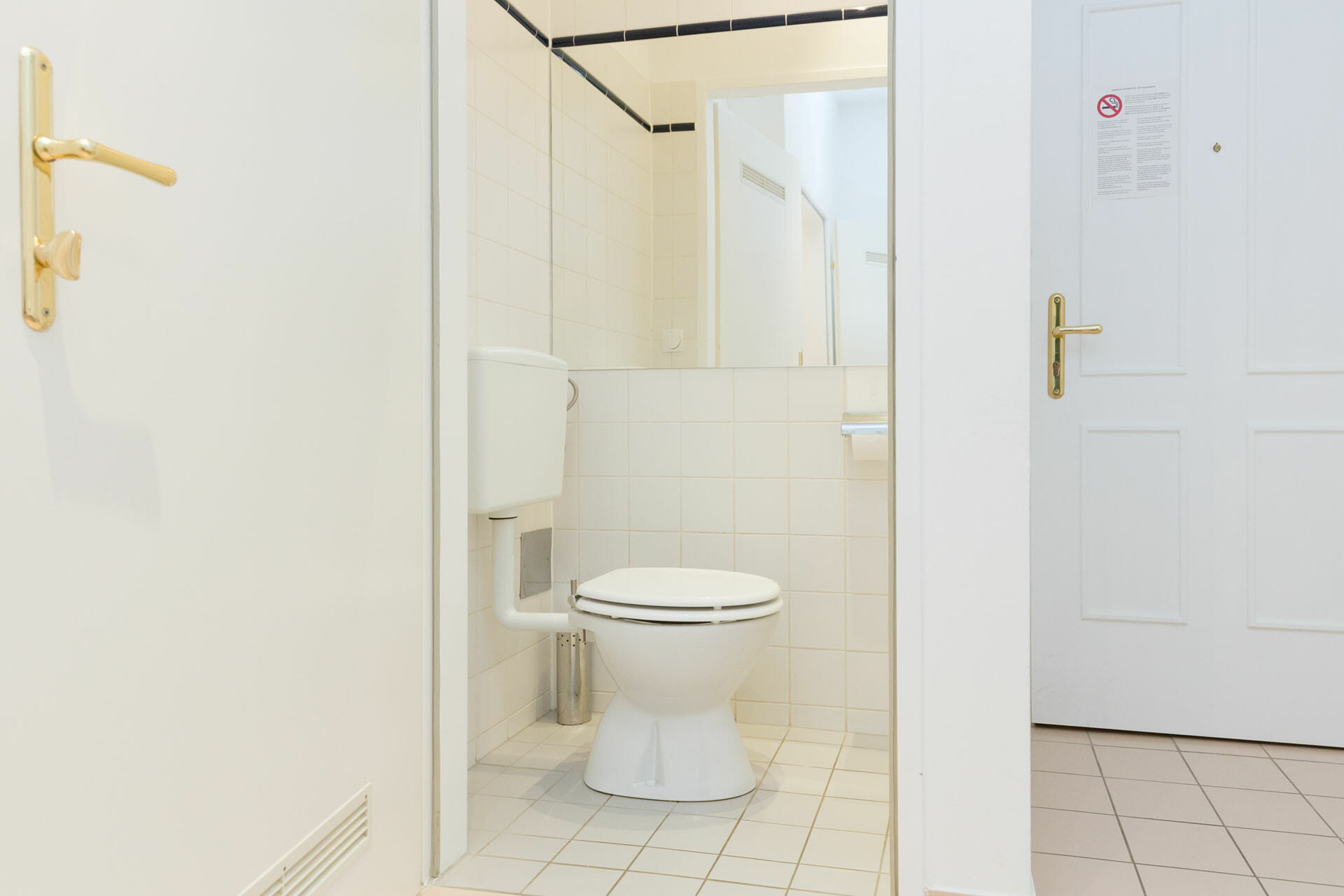 Prestige Apartments in Vienna Austria. Alser Strasse 14. Cosy studio apartment in the heart of Vienna. The apartment is located on the second hallway on the mezzanin floor and is facing the very quiet backyard. The open plan kitchen is separated from the living bedroom.