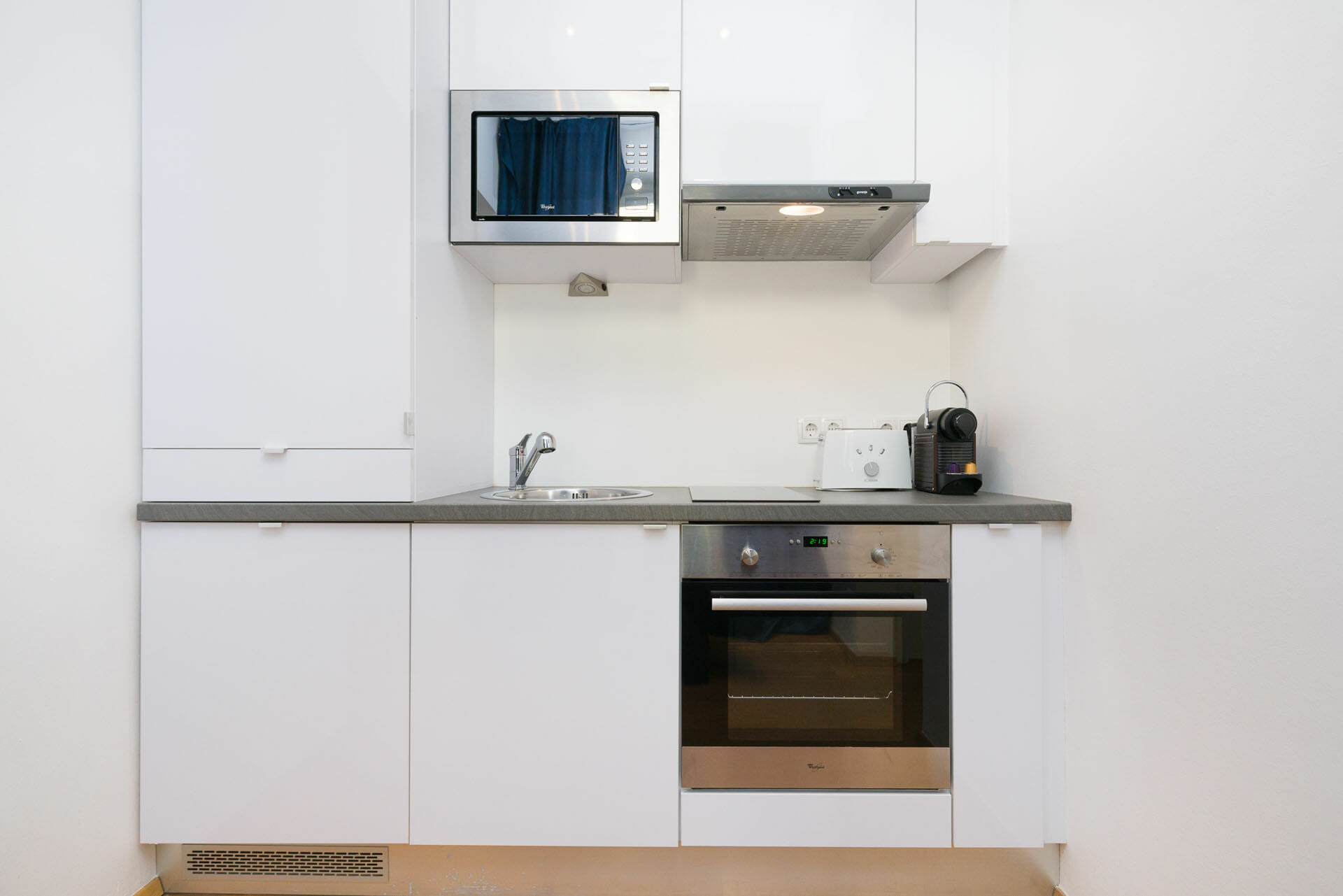 Prestige Apartments. Luxury Apartment in Vienna with premium furniture. Alser Strasse 14. Freezer, coffee machine, frying pan, cooking pot, Kitchenware, sofa bed, sofa, TV, double bed, lift, washing machine, vacuum cleaner, Internet, Digital Cable TV, Fully equipped kitchen